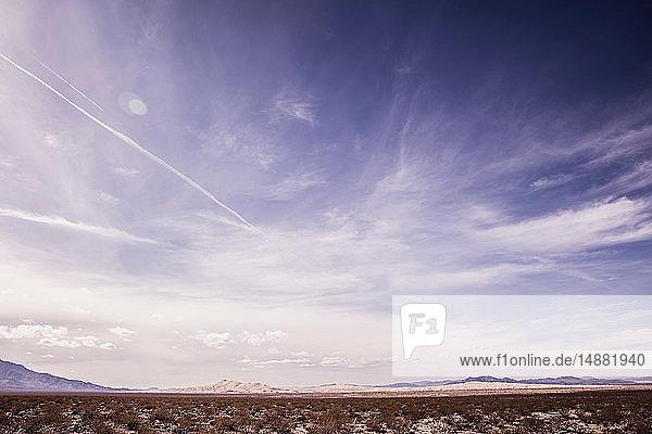 Aride Landschaft mit weit entfernten Bergen  Death Valley Junction  Kalifornien  USA