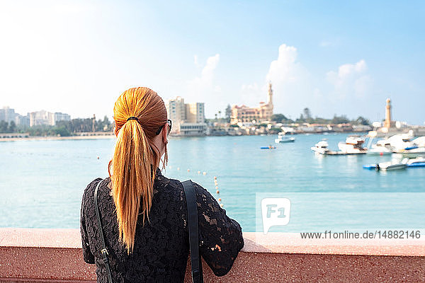 Touristin mit roten Haaren,  Blick über das Meer auf den Palast von Montaza,  Rückansicht,  Alexandria,  Ägypten