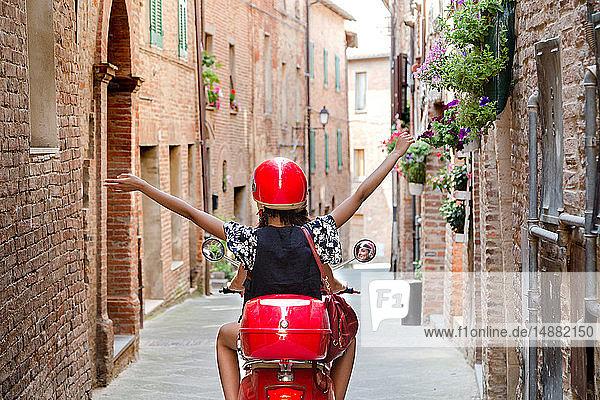 Frau erkundet auf dem Roller  Città della Pieve  Umbrien  Italien
