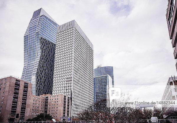 Stadtlandschaft mit Wolkenkratzern mit Glasfront  Paris  Frankreich