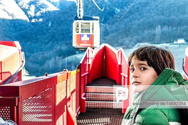 Junge an der Seilbahnstation  Piani Resinelli  Lombardei  Italien