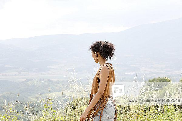 Frau auf dem Hügel  Città della Pieve  Umbrien  Italien