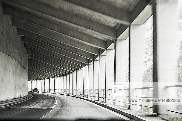 Autofahren durch eine überdachte Autobahn mit Pfeilern  Bozen  Trentino-Südtirol  Italien