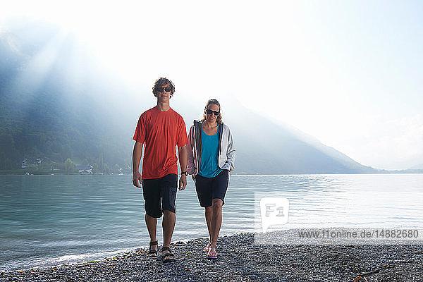 Mann und Frau entspannen sich am Lac d'Annecy  Annecy  Frankreich