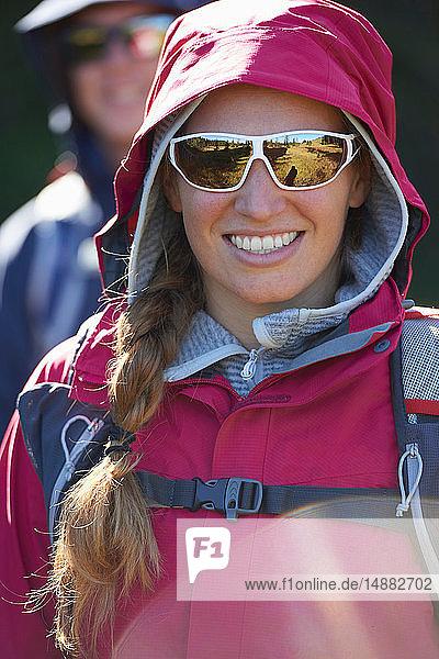 Wanderer mit Kapuzenjacke und Sonnenbrille