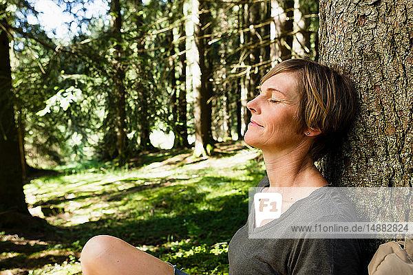 Frau entspannt sich im Wald  Sonthofen  Bayern  Deutschland