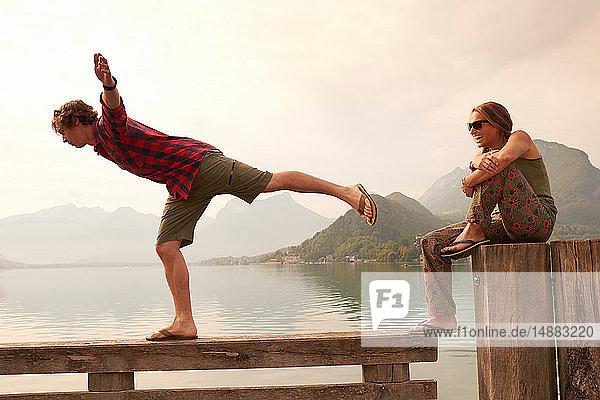Junges Paar beim Balancieren auf dem Pier  See von Annecy  Annecy  Rhône-Alpes  Frankreich