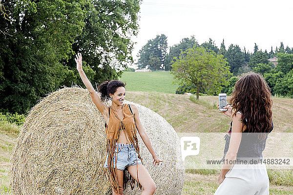 Freunde fotografieren mit Heuballen auf dem Feld  Città della Pieve  Umbrien  Italien