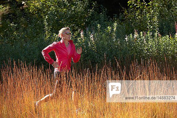 Jogger läuft auf Grasfeld