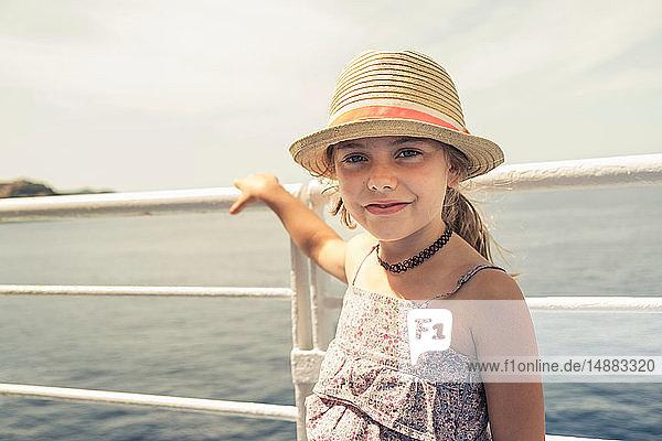 Mädchen im Sonnenhut auf dem Pier  Porträt  Portoferraio  Toskana  Italien