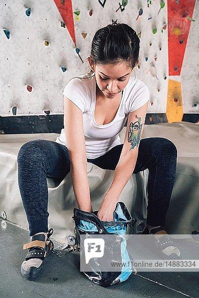 Frau holt Kletterkreide aus Kreidesack
