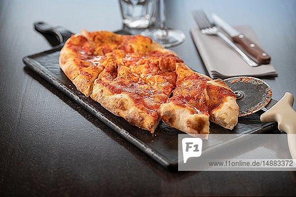 Pinsa Margherita im italienischen Restaurant