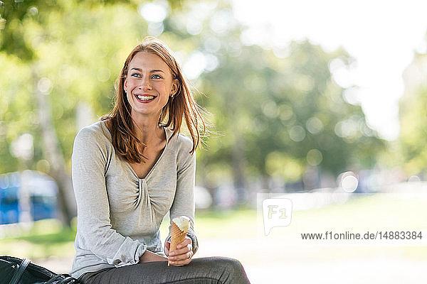 Frau mit Eiscreme im Park