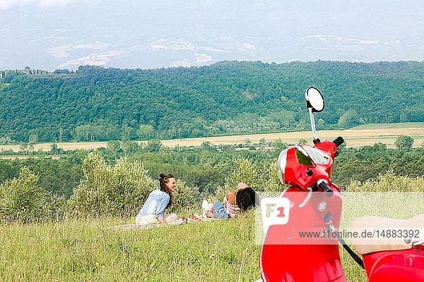 Freunde beim Picknick  Roller im Vordergrund