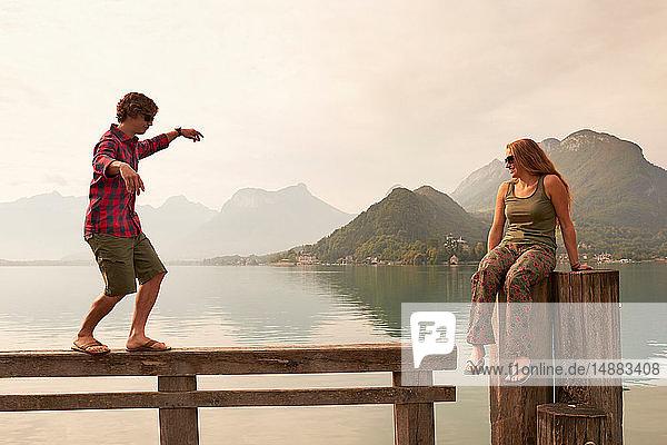 Junges Paar beim Herumtollen am Pier  See von Annecy  Annecy  Rhône-Alpes  Frankreich