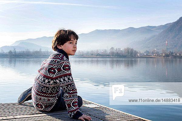 Junge blickt vom Seepier zurück  Comer See  Lecco  Lombardei  Italien