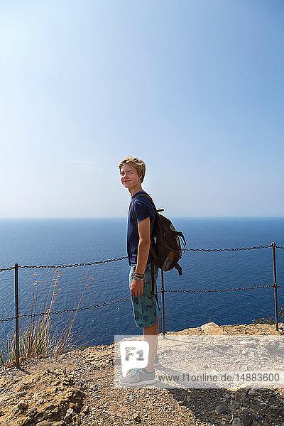 Jugendlicher Junge an der Küste  Ganzaufnahme  Vernazza  Ligurien  Italien