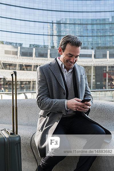 Geschäftsmann mit Smartphone im Stadtzentrum  Mailand  Lombardei  Italien