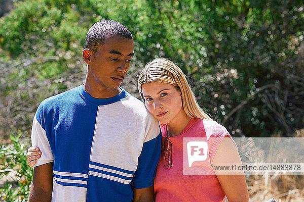 Junges Paar im Park  Porträt  Los Angeles  Kalifornien  USA