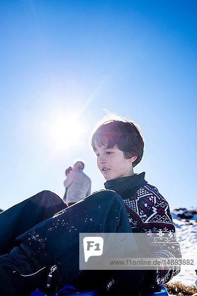 Junge spielt im Schnee  Piani Resinelli  Lombardei  Italien