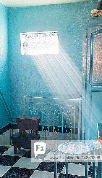 Durch das Fenster einfallende Sonnenstrahlen