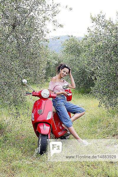 Frau auf Roller im Olivenhain  Città della Pieve  Umbrien  Italien