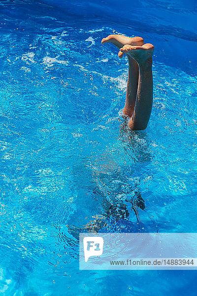 Mädchen macht Handstand im Freibad  Beine und Füße außerhalb des Wassers  Vernazza  Ligurien  Italien