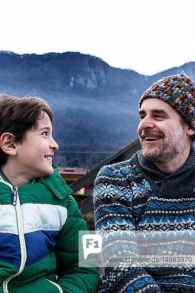 Junge und Vater schauen sich auf dem Seepier am Comer See an  Comer See  Onno  Lombardei  Italien