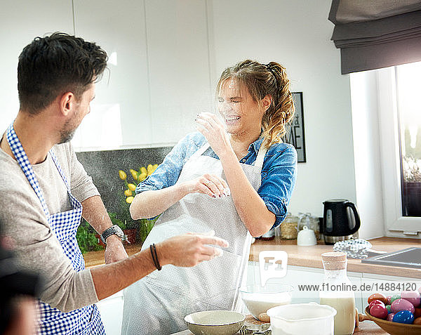 Pärchen spielt mit Mehl in der Küche