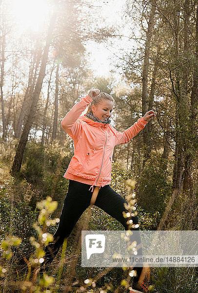 Frau erkundet Wald  Olivella  Katalonien  Spanien