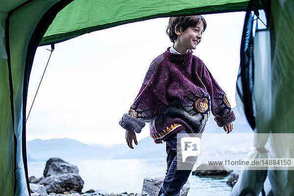 Junge spielt vor dem Zelt am Seeufer  Comer See  Onno  Lombardei  Italien