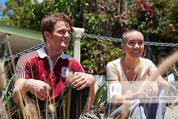 Junger Mann und Freundin sitzen im Park  Los Angeles  Kalifornien  USA