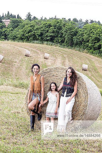 Freunde und Mädchen auf dem Gebiet der Heuballen  Città della Pieve  Umbrien  Italien