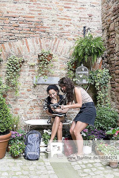 Freunde genießen friedliche Ecke mit Pflanzen,  Città della Pieve,  Umbrien,  Italien