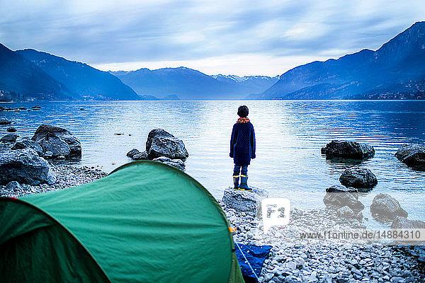 Junge mit Blick auf den See  Rückansicht  Comer See  Onno  Lombardei  Italien