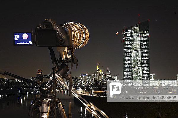 Deutschland  Frankfurt am Main  Blick zur Europäischen Zentralbank bei totaler Mondfinsternis mit Kamera im Vordergrund