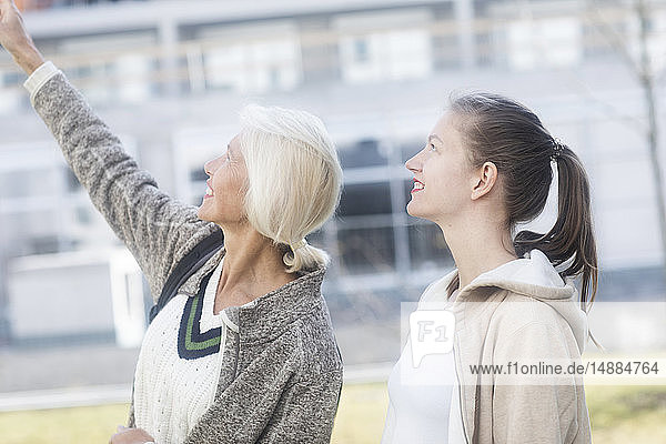 Profil einer Mutter und einer erwachsenen Tochter  die sich gemeinsam etwas ansehen