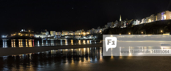UK  Wales  Pembrokeshire  Tenby  Stadtbild bei Nacht