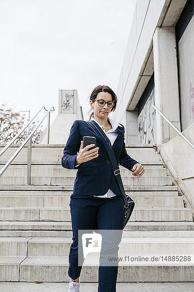 Aktive Geschäftsfrau zieht in der Stadt nach unten