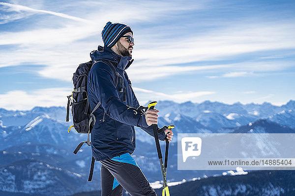 Deutschland  Bayern  Brauneck  Mann auf einer Skitour im Winter in den Bergen