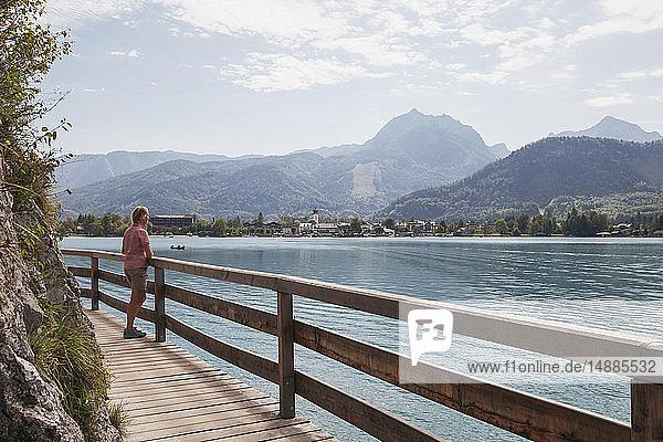 Österreich  Alpen  Salzburg  Salzkammergut  Salzburger Land  Wolfgangsee  Frau genießt Aussicht