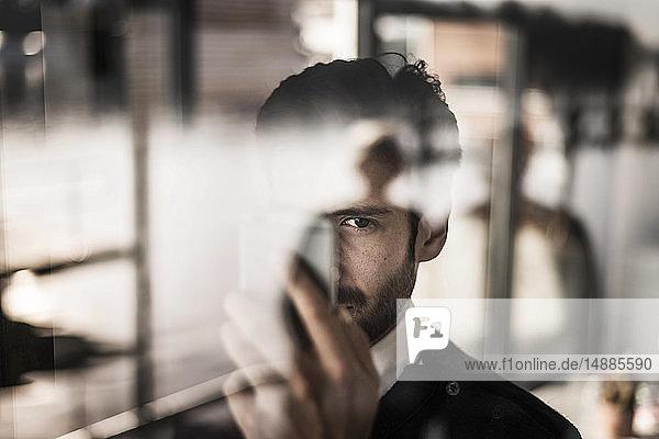 Geschäftsmann mit Smartphone  Porträt