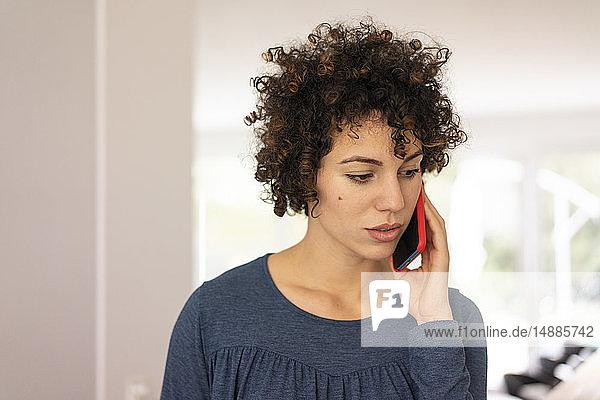 Junge Frau beim Telefonieren  Portrait