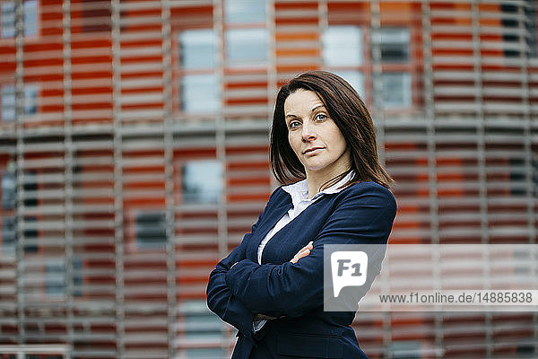 Porträt einer selbstbewussten Geschäftsfrau vor einem Bürogebäude in der Stadt