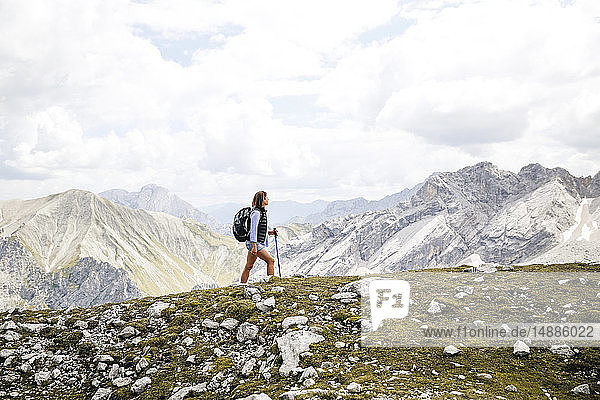 Österreich  Tirol  Frau auf einer Wanderung in den Bergen