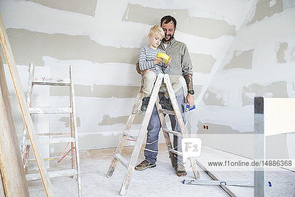 Vater und Sohn arbeiten am Umbau von Dachböden