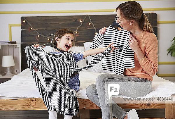 Mutter und Tochter verkleiden sich  tragen passende Kleidung