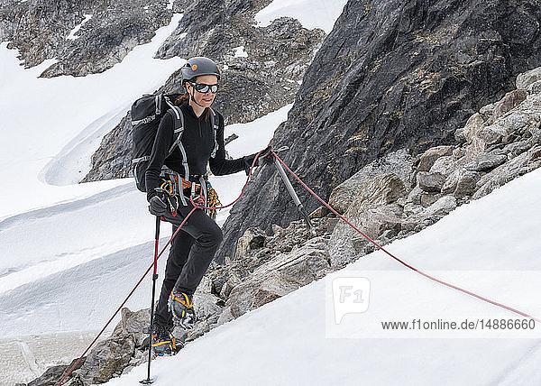 Grönland  Sermersooq  Kulusuk  Schweizer Alpen  Bergsteiger im Schnee aufsteigender Berg