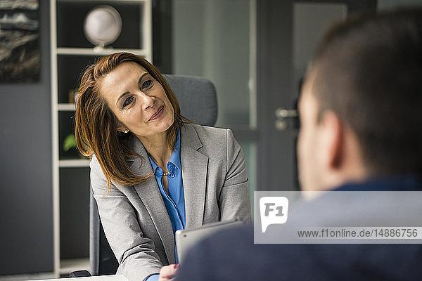 Geschäftsfrau berät Teenager in ihrem Büro