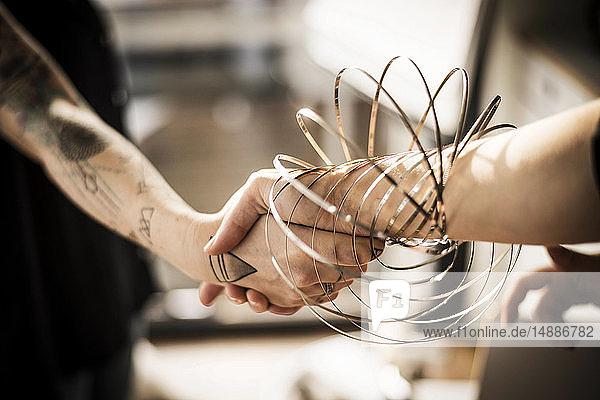 Designer  die mit Ringformen spielen  Hände schütteln